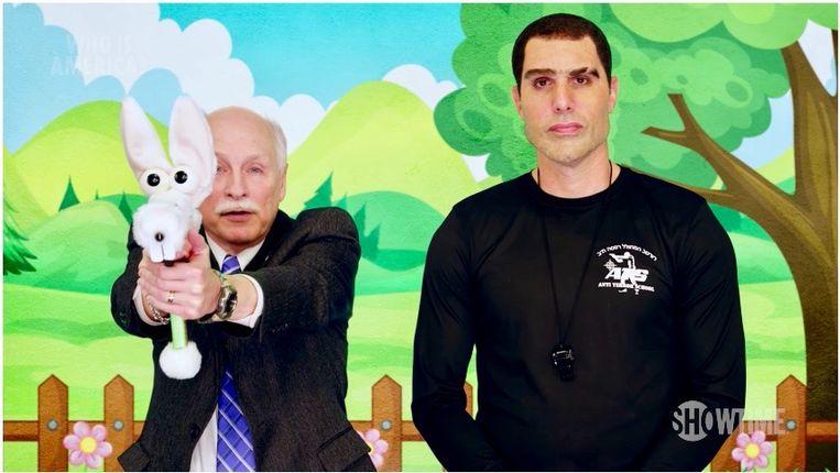 Sacha Baron Cohen (rechts) in zijn programma Who is America. Beeld