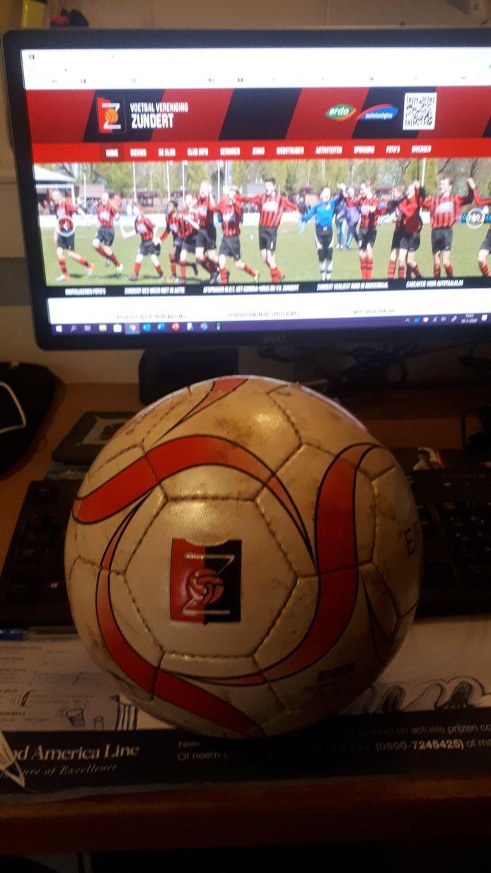 VV Zundert plaatst op Twitter elke dag een foto van de bal, die volgens het account 'heimwee heeft naar de spelers'. Elke keer op een andere plek.