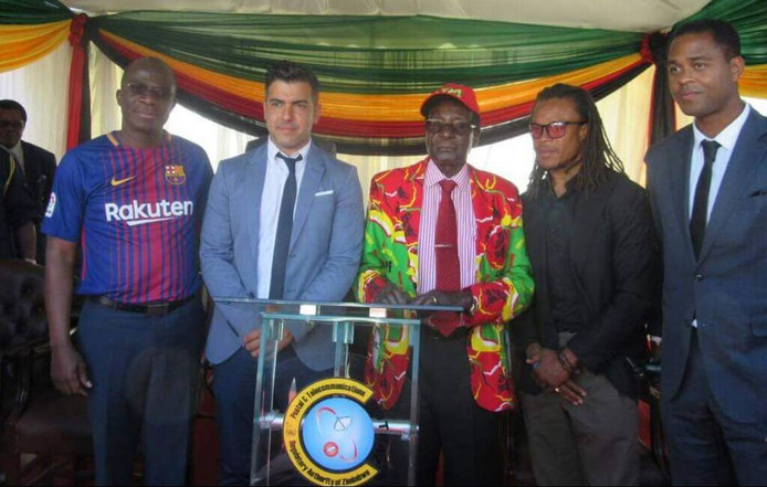 President Robert Mugabe poseert voor een foto met Edgar Davids en Patrick Kluivert.