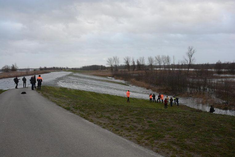 Geleidelijk aan begon er meer en meer water naar het overstromingsgebied te lopen.