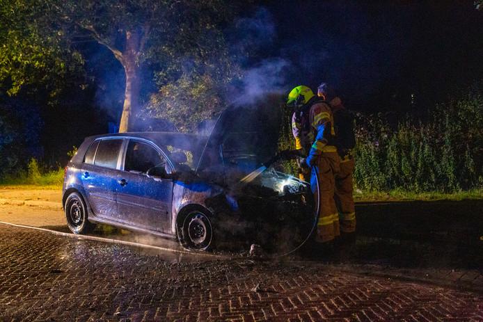 De auto stond al ruime tijd geparkeerd aan de Kinderkamp in Arnhem. De hulpdiensten vermoeden dat de auto is aangestoken.