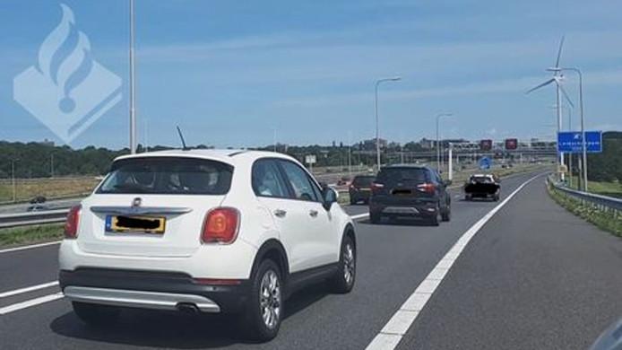 Automobilisten negeren de rode kruizen boven de snelweg.