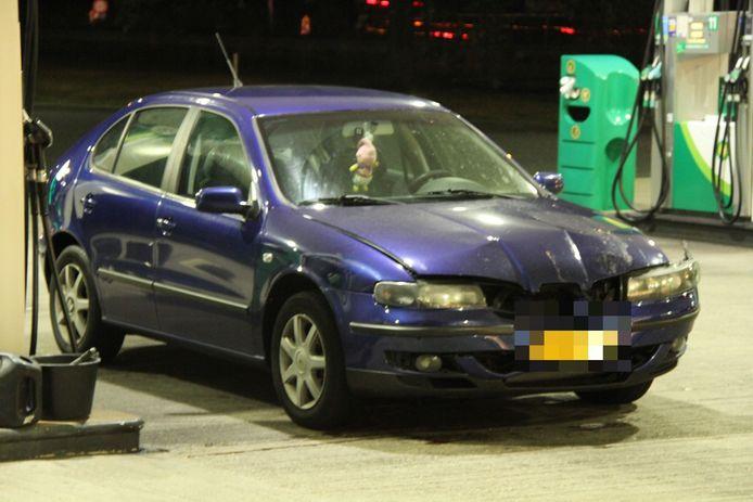De voorkant van de auto liep flinke schade op door het ongeval.