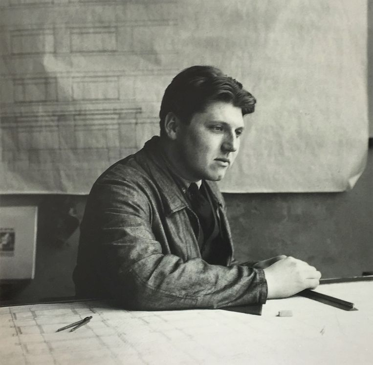 Cornelis van Eesteren (hier 30) aan  zijn tekentafel in 1927. Beeld Van Eesterenmuseum