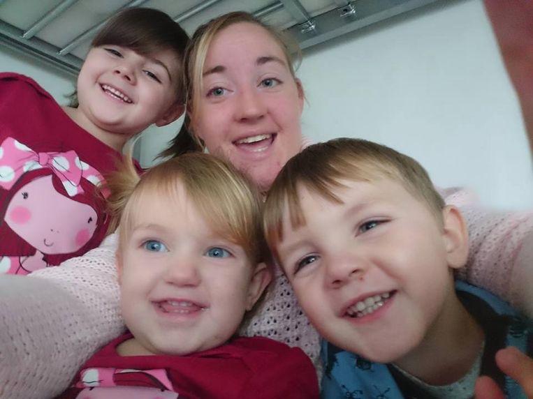 Kacie (vooraan links) met haar mama, broertje en zusje op een archiefbeeld.