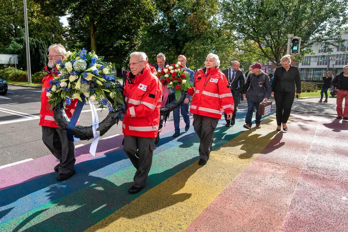 September 2018. Medewerkers van Rode Kruis Arnhem onderweg naar de kranslegging op de hoek Apeldoornsestraat/Jansbuitensingel.