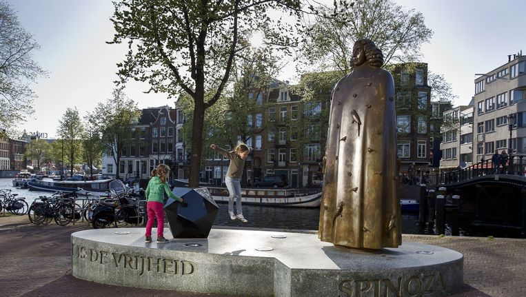 Beeld van Spinoza in Amsterdam, gemaakt door Nicolas Dings. Het citaat op de sokkel luidt: Het doel van de staat is de vrijheid. Beeld Martijn Beekman