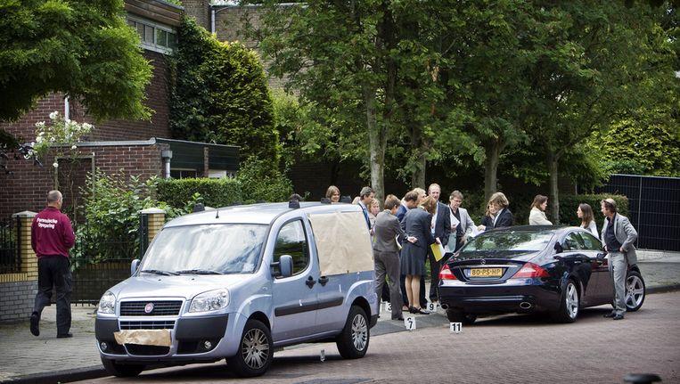 Rechters en advocaten kijken in Amsterdam-Osdorp op de plek waar op 2 november 2005 drugs- en vastgoedhandelaar Kees Houtman werd geliquideerd. Houtman werd op de bewuste avond met een reeks kogels van het leven beroofd, voor zijn villa. Beeld ANP