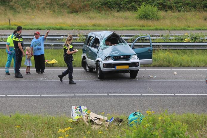 Een vrouw raakte bij het ongeval gewond, twee andere inzittenden -waaronder een jong meisje- waren ongedeerd.