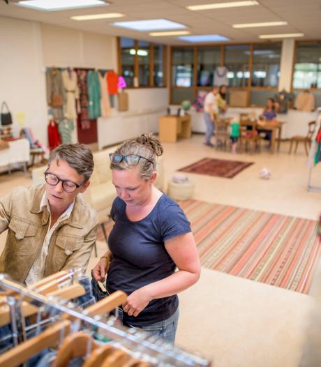 Rekken vol vintage kleding in voormalig Gildecollege Hengelo