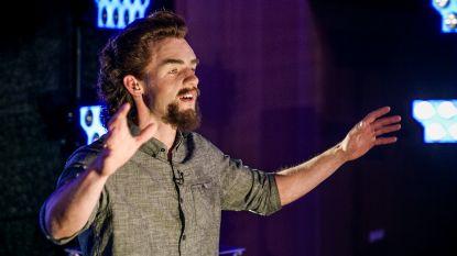 Deze man wil vanavond een hele aula hypnotiseren in 'Het Lichaam Van Coppens'. Zie jij wie het is?