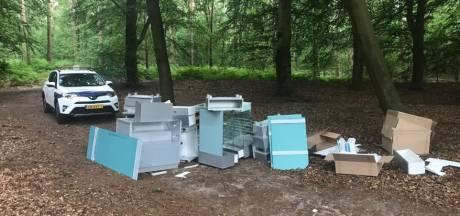 Opmerkelijke dumping in het Edese bos: waar komen deze juwelierskasten vandaan?