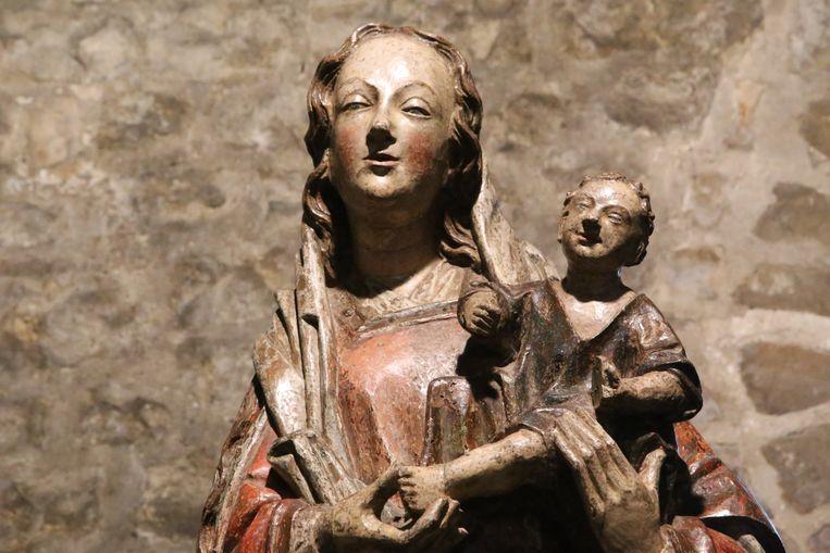 Het beeld betreft een 'Madonna met kind' uit de 15de eeuw.