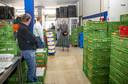Máxima tijdens een bezoek aan het distributiecentrum van de voedselbank.