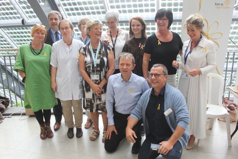 Het team van vrijwilligers met Frank Deboosere en Lynn Van Royen.