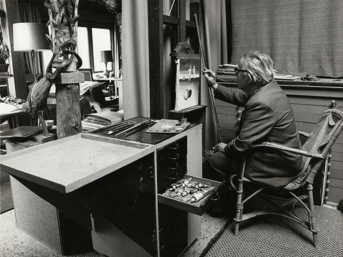 Joop Moesman aan het werk in zijn atelier