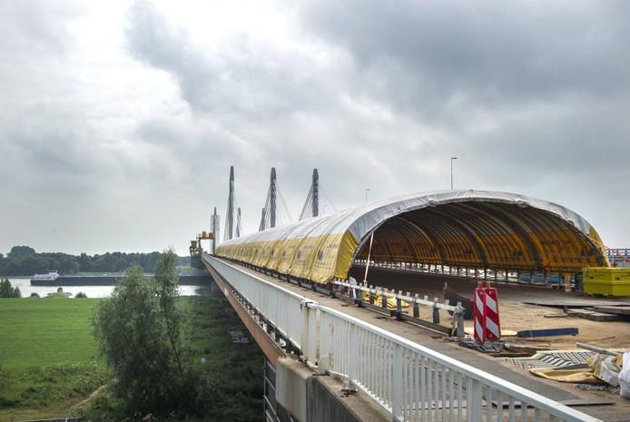 De straalwerkzaamheden onder de gele tent zijn bijna afgerond. foto: Rolf Hensel