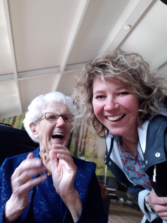 Sjaan van Loon met kleindochter Nancy.