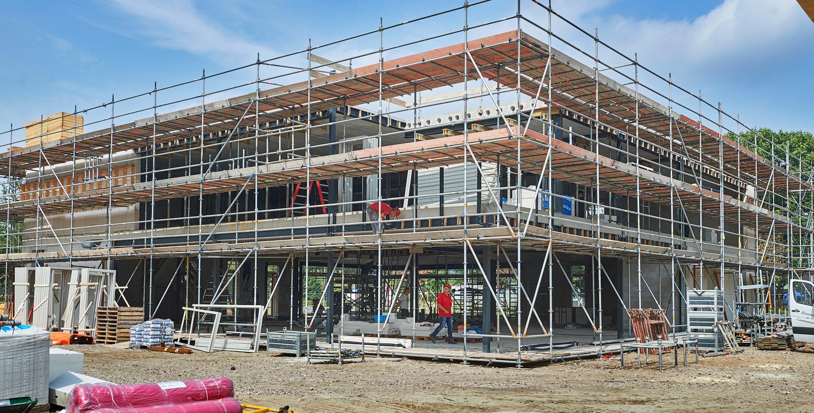 Het nieuwe politiebureau aan de Hockeyweg in Uden is in aanbouw. De nieuwe brandweerkazerne komt ernaast te staan.