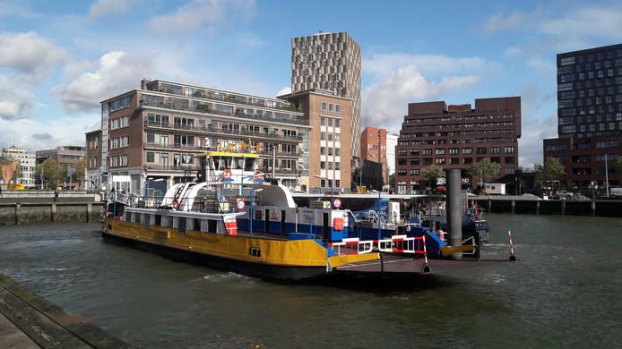 Het veer dat tijdens de afsluiting van de fietsbuis van de Maastunnel in Rotterdam vaart, hier in de Sint Jobshaven.