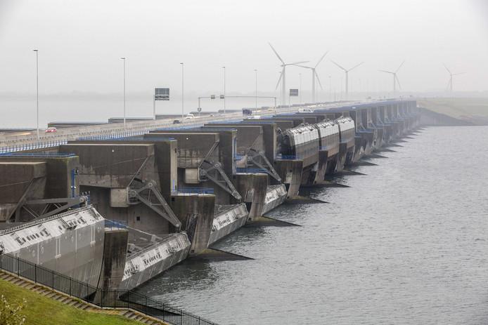 De Haringvlietsluizen bij Stellendam gaan maandag opnieuw open.