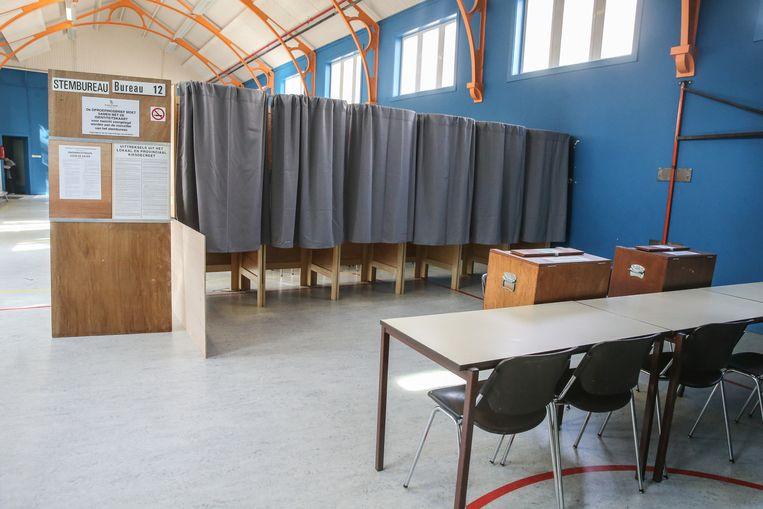 De stemhokjes staan klaar in de Bevelandstraat.