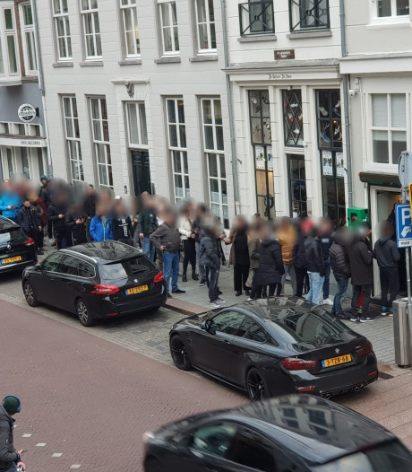 Grote rijen voor Bossche coffeeshops die voorlopig de deuren moeten sluiten