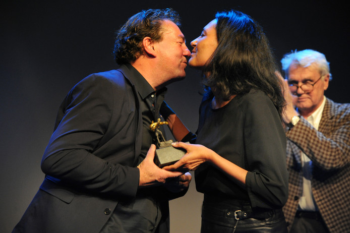 Leo Hannewijk krijgt de festivalaward uit handen van Claudia Polverosi, officemanager van Film by the Sea. Rechts: Adriaan van Dis.