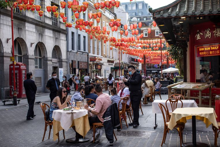 In Londen eten mensen op een terras in Chinatown.  Beeld Getty Images