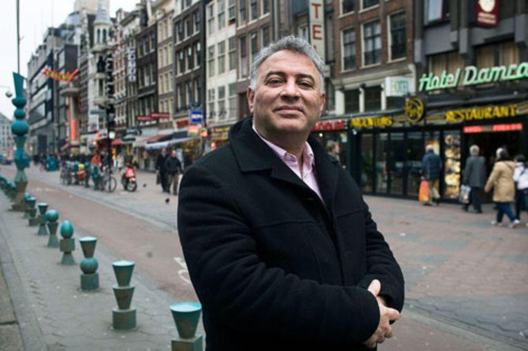 Asaf Barazani op het Damrak in Amsterdam. (Guus Dubbelman / de Volkskrant) Beeld