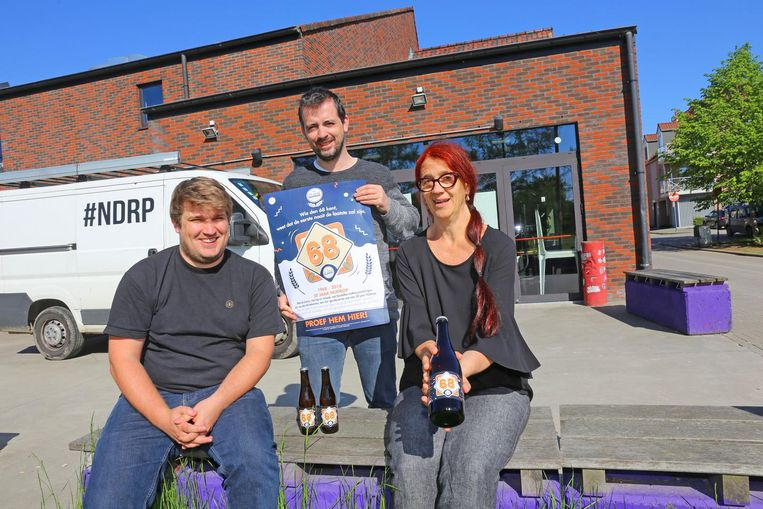 Ben Moens, Mike Heyvaert en Griet Van Buggenhout stellen het nieuwe Nijdrop-bier voor.