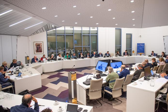 De gemeenteraad van Berkelland in de huidige opstelling in langgerekte U-vorm met uiterst links het college.