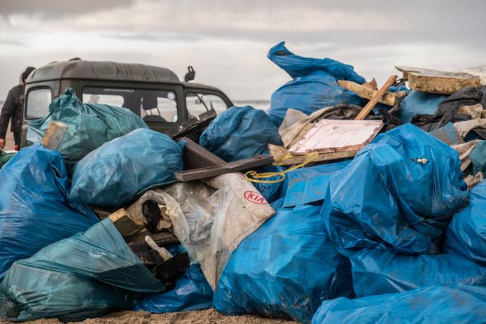 Afvalzakken op het strand van Terschelling.