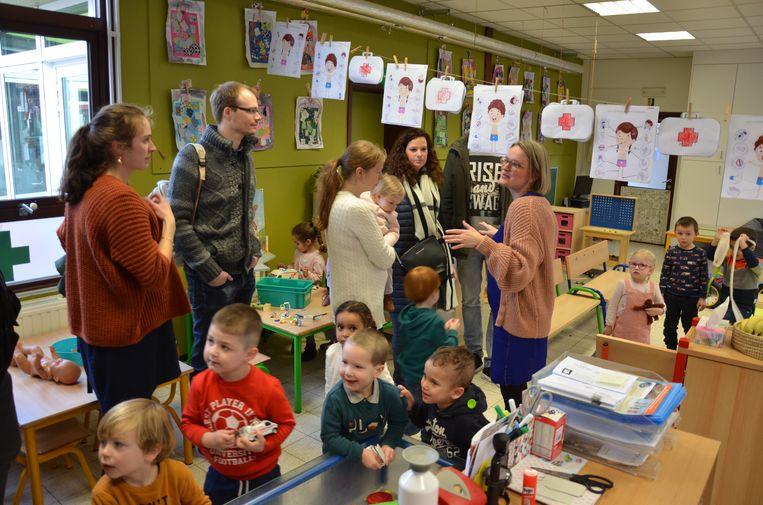 Directeur Kathleen Gielis geeft de ouders uitleg over de werking van de school in één van de kleuterklassen.