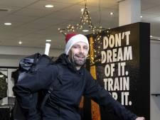 Haaksbergse Winkelier Patric Bomers pakt de fiets 'Met de rugtas achterop kan ik sportspullen bezorgen'