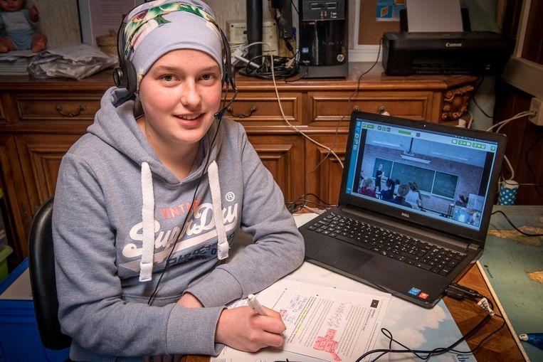 Emma volgde gisteren haar eerste les via webcam.