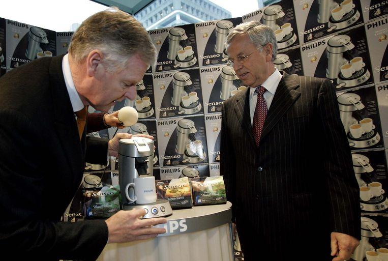 Voormalig Philips-topman Kleisterlee zette in 2004 bij de presentatie van de jaarcijfers nog een kopje Senseo-koffie voor zijn financiële expert Hommen. Ook de Senseo gaat in de verkoop. Beeld ANP