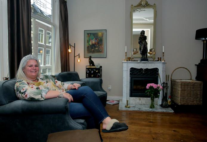 Sylvia Landa-Rijsdijk in haar woning vol kunst en antiek. In de hal heeft ze een fotowand met allemaal foto's van de voorouders van haar en haar man.