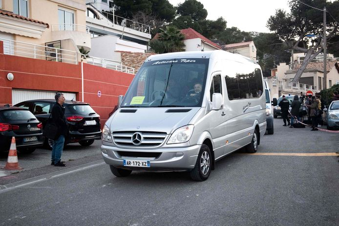 Le véhicule transportant les rapatriés français quitte le Vacanciel Holiday Resort de Carry-le-Rouet, près de Marseille, ce 14 février 2020