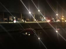 Nasi-bezorger rijdt in vijver in Veghel