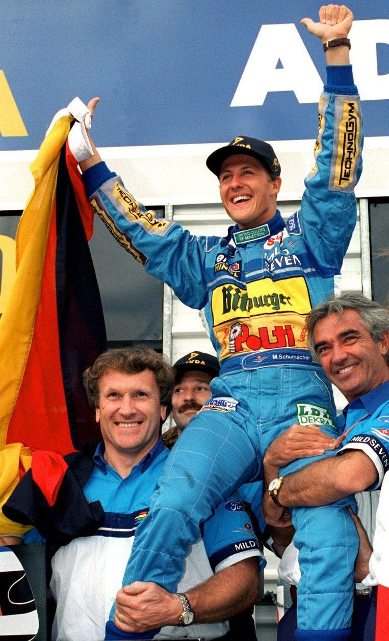 Flavio Briatore (hier rechts) houdt Michael Schumacher omhoog toen die in 1994 zijn eerste wereldtitel pakte.