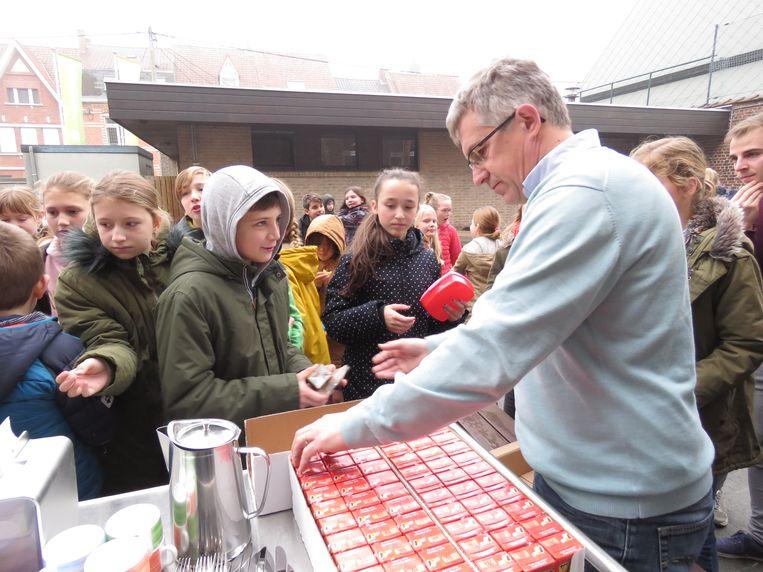Directeur Koen Germonprez trakteert de leerlingen van Lenteland op een sapje en een wafel.