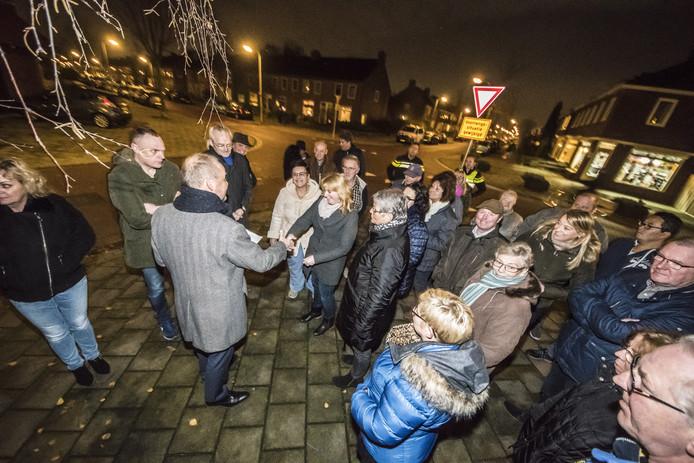 Wethouder Patrick Welman nam woensdagavond meer dan 300 handtekeningen tegen de nieuwe buslijn in Stadsveld in ontvangst.