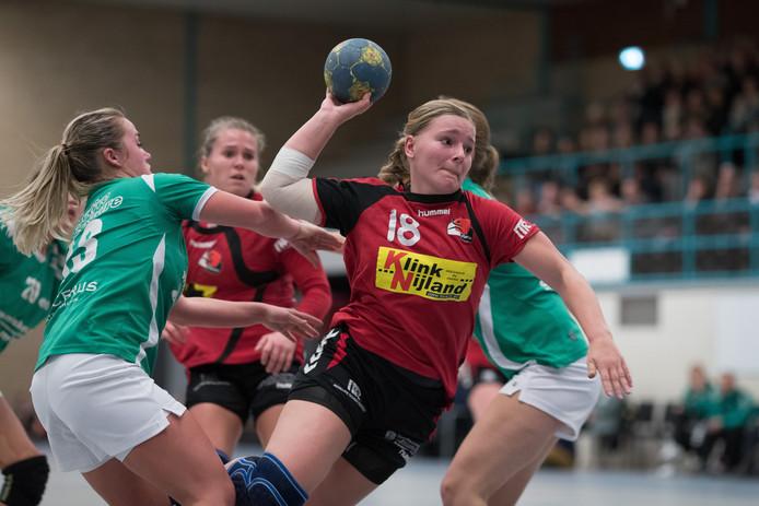 De defensie van E&O kan Anouk van Rijssen niet weerhouden van een doelpoging voor Kwiek. Foto: Gerard Vrakking