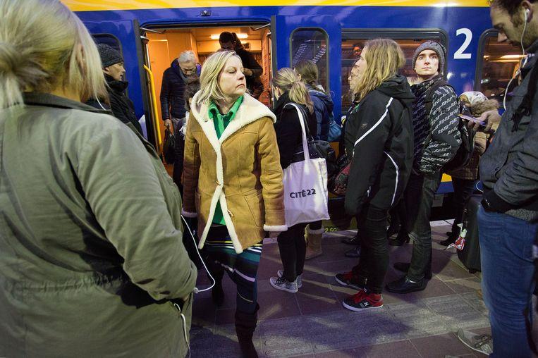 Drukte op een station. Ook mensen met een voordeelurenkaart moeten vanaf 2021 de volle mep betalen in de avondspits. Beeld null