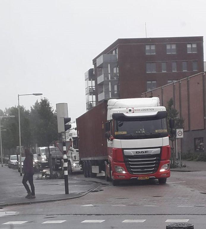 Vrachtwagens  zorgen voor overlast op centrumring Bergen op Zoom
