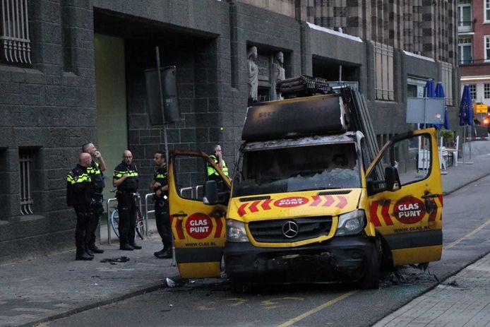 Het busje waarmee op de politie werd ingereden, en op een gegeven moment in de fik vloog.