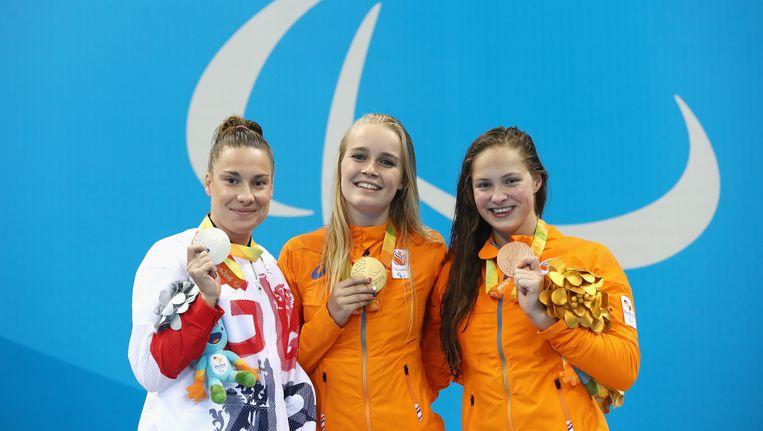 Harriet Lee (Groot-Brittannië, zilver) staat links, in het midden Lisa Kruger (goud) en rechts Chantalle Zijderveld (brons). Beeld Getty Images