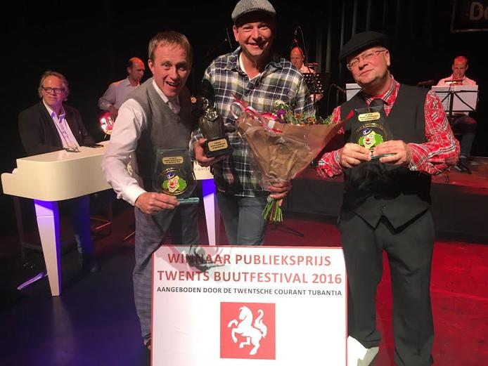 Winnaar Jeroen Bekke wordt geflankeerd door de Haaksbergse nummers 2 en 3, respectievelijk Marcel Diepenmaat en Bennie Morssinkhof (Karel van de Kate.
