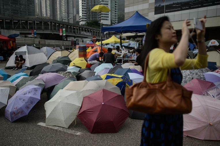 Een vrouw maakt een foto van zichzelf in een demonstrantenkamp in Hongkong. Beeld anp
